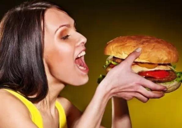 """吃东西停不下来,小心是""""食物成瘾""""!""""食物成瘾""""作为一种精神疾病已经得到了研究成果的证实。高脂肪、高糖分的食物和快餐都是食物成瘾的""""导火索""""。""""贪吃""""不仅会导致体型的""""横向发展"""",还会损伤大脑的脑白质,让人变笨。如果要将""""食物成瘾""""戒掉,需要1至2年时间,而且复发率达80%。 在胖子们眼里,""""死吃不胖""""是人生的一大乐事。但在瘦骨嶙峋的患者"""
