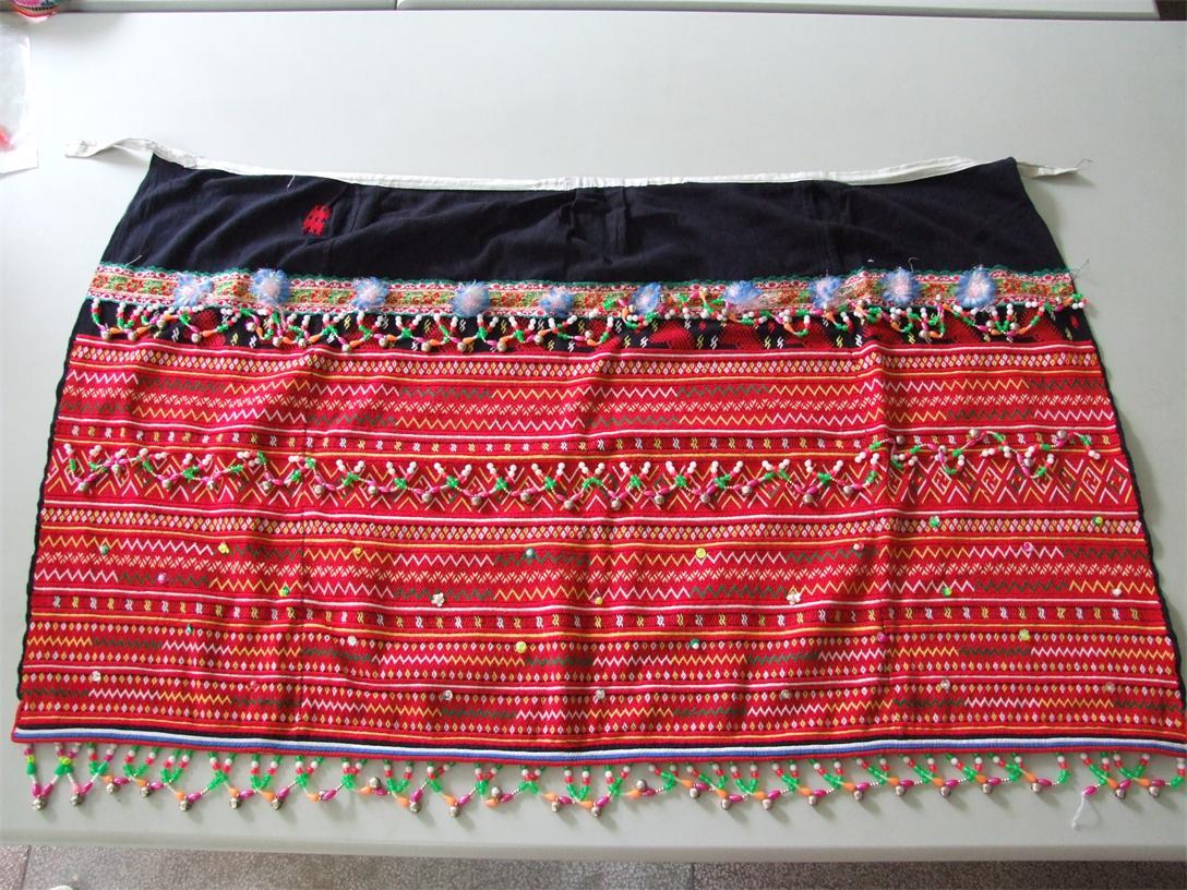 """刺绣各种花纹图案,配以服饰上,代代相传,这也许是""""瑶族刺绣""""的起源吧."""